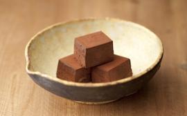 百々登勢生チョコ〜長期熟成酒「百々登勢」がたっぷりと練り込まれて。